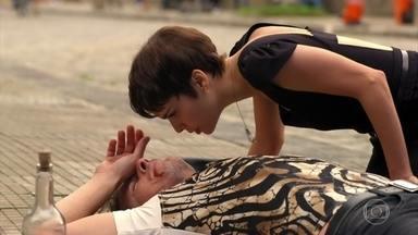 Nina ajuda Max mais uma vez - Nina busca ajudar Max para se aproximar dele