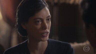 Natália não gosta da ideia de deixar São Paulo - Almeida explica que está pensando no futuro da família e tenta convencê-la