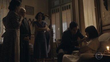 Carlos e Inês examinam Clotilde - Eles decidem levá-la a um hospital