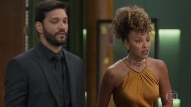 Diogo apresenta Gisele como sua assistente na editora - Diante dos funcionários tristes pelo que aconteceu com Nana, o advogado finge surpresa e compaixão