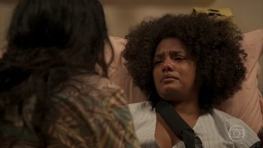 Camila faz um desabafo emocionante - A professora afirma para Lurdes que está cansada de lutar e a babá incentiva a filha a não desistir