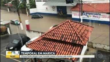 Chuva forte alaga ruas e invade casas em Maricá - Enxurrada provocou correntezas e ondas.