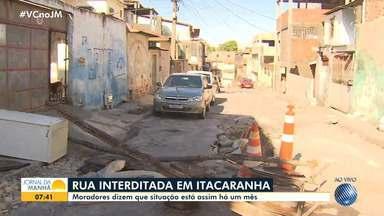 Rua em Itacaranha é interditada por causa de buraco na região - Moradores dizem que situação está acontecendo há um mês.