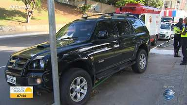 Dois motoristas se envolvem acidente no Dique do Tororó nesta terça-feira - Eles estão sendo atendidos pela equipe do Samu.