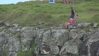 Morro das Furnas não tem sinalização de locais perigosos, em Torres - Assunto vem à tona após a morte de professor de capoeira ao cair do morro.