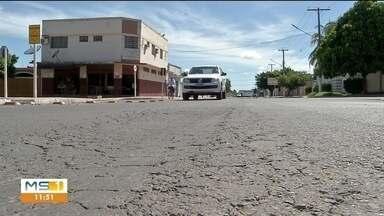 Binário entregue há três meses está com problemas - A pavimentação está afundando e as calçadas estão irregulares