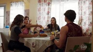 Rita afirma que não reatou com Filipe - Durante o café da manhã, Rita conta que Filipe terminou o namoro com Leila e mostra animação ao falar sobre o amado