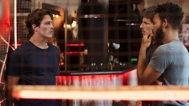 Rui pede que Matoso e Ramiro deem uma lição em Filipe - Os três seguem para outro lugar para combinar os detalhes da ação