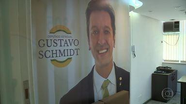Deputado tem gabinete em Nilópolis que virou comitê de pré-candidato de forma ilegal - Gustavo Schmidt, do PSL, paga o aluguel de um pré-candidato à prefeitura de Nilópolis. Mas o dinheiro é das verbas de gabinete da Assembleia Legislativa do Rio.