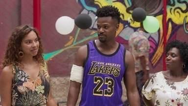 Ramon volta aos treinos de basquete e faz discurso motivador - Ramon parabeniza Patrick por bom desempenho