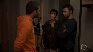 Vinícius pede ajuda a Sandro para esconder Amanda - Raul tenta conversar com o filho sobre a PWA