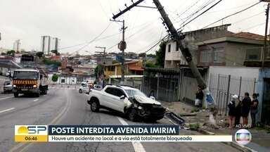 Acidente interdita avenida Imirim, na zona norte - Motorista bateu carro em poste.