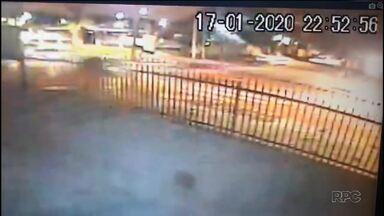 Câmera de segurança mostra momento em que carro fura o cruzamento e bate em carros e moto - Segundo a polícia, o motorista estava fugindo de uma abordagem porque tinha bebido antes de dirigir.