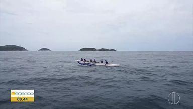 'Vai Encarar?': Gustavo Garcia vai de canoa havaiana até a Ilha do Cabrito em Cabo Frio - Ele remou quase uma hora e fez um mergulho nas águas cristalinas da Região dos Lagos.