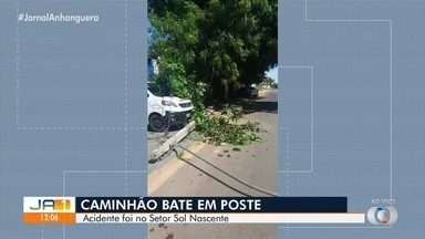 Caminhão bate e derruba poste em Goiânia - Acidente deixou ainda galhos de árvore caídos e causou queda de energia.