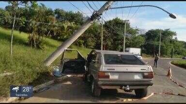 Carro bate e derruba poste na rotatória do Cristo em São Carlos - Cinco pessoas tiveram ferimentos leves. Dois semáforos ficaram sem funcionar.