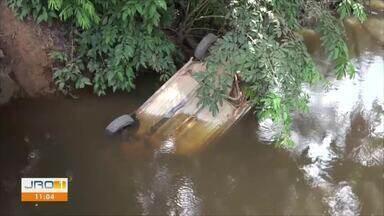 Casal de idosos morre após carro cair de ponte em rio de Ariquemes - Carro foi visto submerso por um homem que passava pela ponte. Vítimas tinham 74 e 71 anos.