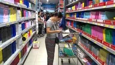 Mães compram materiais escolares em grande quantidade e conseguir descontos - Mães da região de Itapetininga (SP) criaram um grupo para comprar materiais escolares em grande quantidade e conseguir descontos.