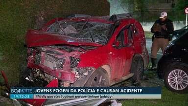 Jovens fogem da polícia e provocam acidente em Curitiba - PM diz que eles fugiram porque tinham bebido.