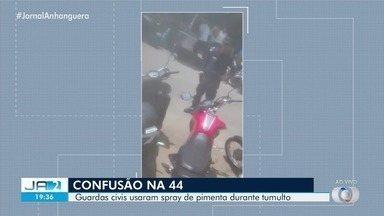 Guardas municipais disparam spray de pimenta durante confusão na Rua 44 - De acordo com a corporação, um homem que vendia bebia alcoólica teria revidado com xingamentos.