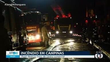Bombeiros contabilizam cerca de 12 lojas incendiadas no setor Campinas, em Goiânia - O tráfego no local ficou interditado.