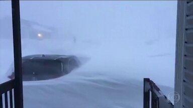 Autoridades canadenses declaram emergência por nevasca no leste do país - Tempestade causou ventos de até 130 quilômetros por hora e fechou aeroporto e lojas.