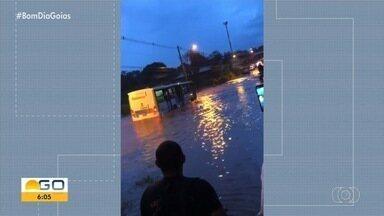 Chuva deixa muitos estragos por Goiânia - Temporal derrubou pontes e arrastou motociclistas.