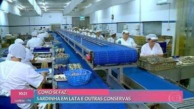 Ana Maria confere a produção de sardinhas em lata - O forte da cidade é a indústria de conservas