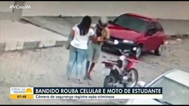Câmeras de segurança registram assalto em Feira de Santana; veja as imagens - Bandido levou uma moto, o celular e outros pertences da vítima, que não sofreu ferimentos.