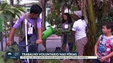 Programa de trabalho voluntário é voltado para alunos em férias - Missão Solidária é um projeto de uma rede de escolas particulares. Voluntários aprenderam como funciona uma horta comunitária da Zona Leste.