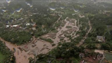 Forte chuva alaga ruas e causa transtornos em Belo Horizonte - Cidade está sob risco de deslizamento. Desde a manhã de quinta-feira (23), choveu metado do esperado para o mês todo.