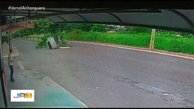 Câmeras de segurança mostram quando carro atinge árvore em Jataí - A motorista subiu no canteiro central.