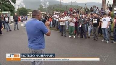 Metalúrgicos terceirizados realizam protesto por falta de benefícios em refinaria - Eles reclamam do achatamento dos salários e da retirada de direitos.