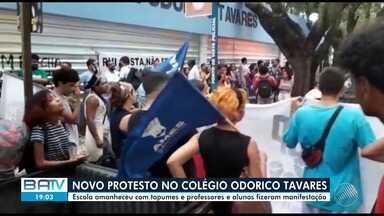 Três dias depois de estudantes ocuparem o Colégio Odorico Tavares ele amanhece fechado - Professores ainda fizerem protesto na frente da instituição na tarde desta sexta-feira (24).