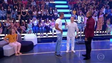 Compositor é surpreendido quando Léo Santana canta sua música - Huck faz surpresa para o compositor Paulo Velask no 'Caldeirão'
