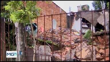 Idosa fica ferida após desabamento de casa em Divinópolis - Imóvel estava condenado pela Defesa Civil. O estado de saúde da vítima é estável.
