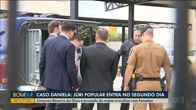 Júri de homem que confessou ter matado a esposa entra no segundo dia - Emerson Bezerra da Silva é acusado de matar Daniela Eduarda Alves com facadas, na frente da filha deles, em janeiro de 2019.