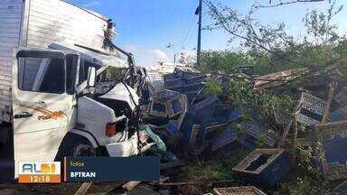 Acidente com caminhões deixa feridos na AL-115, em Igaci - Motorista ficou preso nas ferragens e foi resgatado pelo Corpo de Bombeiros.