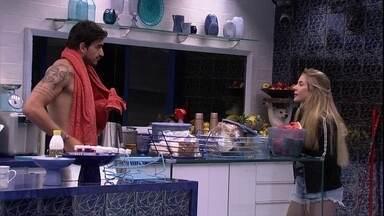 Gabi e Guilherme comentam desentedimento entre Rafa e Bianca - Conversa ocorre na cozinha