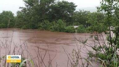 Barragem transborda e água invade casas na zona rural de Monjolos - Segundo a Defesa Civil, cerca de 25 famílias foram levadas para abrigo da Prefeitura; ninguém ficou ferido. A empresa responsável pela barragem informou que houve um transbordamento.