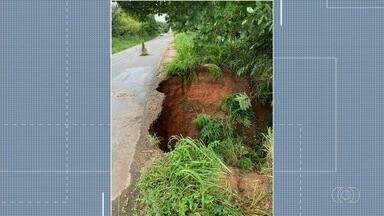 GO-060 é interditada após parte da pista ficar danificada depois de chuva - Segundo a Polícia Rodoviária Estadual, desvio aumenta a viagem em 100 km.