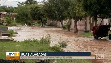Chuva provoca alagamentos em Imperatriz - Por conta do volume de água, ficou complicado sair de casa nessa segunda-feira (27).