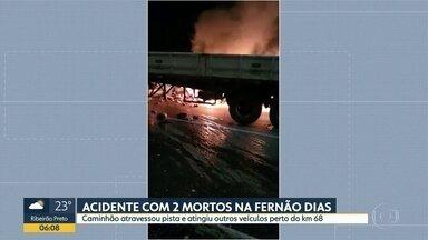 Duas pessoas morreram em acidente grave na Rodovia Fernão Dias - Caminhão atravessou a pista e atingiu dois veículos.