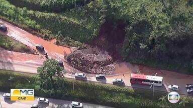 Barrancos cedem nos bairros Belvedere e Olhos D'Água, nas regiões Centro-Sul e Oeste de BH - BH segue em alerta de risco geológico até dia 31 de janeiro.