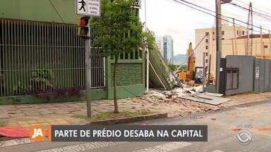 Parte de prédio desaba em Porto Alegre - Cinco pessoas estavam no local e ninguém ficou ferido.