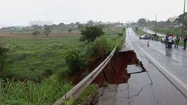 Cratera abre na GO-070 por causa da chuva em Goiás - Rodovia ficou interditada.
