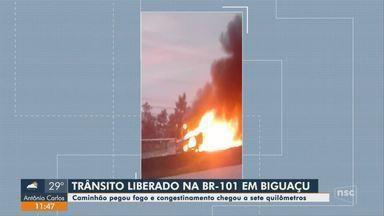 Caminhão pega fogo na BR-101 e complica trânsito na Grande Florianópolis - Caminhão pega fogo na BR-101 e complica trânsito na Grande Florianópolis