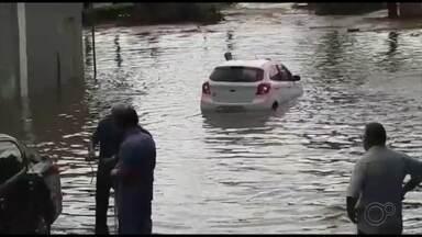 Chuva alaga e causa transtornos em ruas e avenidas de Bauru - Avenida Nações Unidas ficou alagada próxima a Rodrigues Alves; carros foram arrastados pela enxurrada na Rua São Gonçalo.