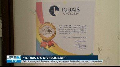 """JPB2JP: Selo é entregue à Funjope pelas ações desenvolvidas de combate à homofobia - """"Iguais na diversidade""""."""