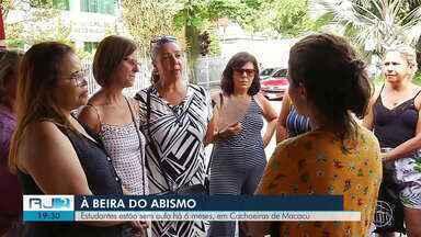 Estudantes estão sem aula há 6 meses, em Cachoeiras de Macacu - Servidores da educação estão com salários atrasados, o que vem provocando greves e paralisações da categoria.